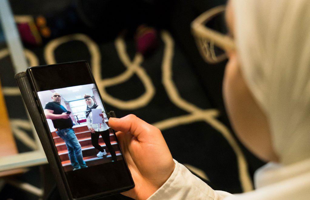 Faeza Satouf guarda la foto che la ritrae nel giorno del diploma a Nivaa_21-04-2021