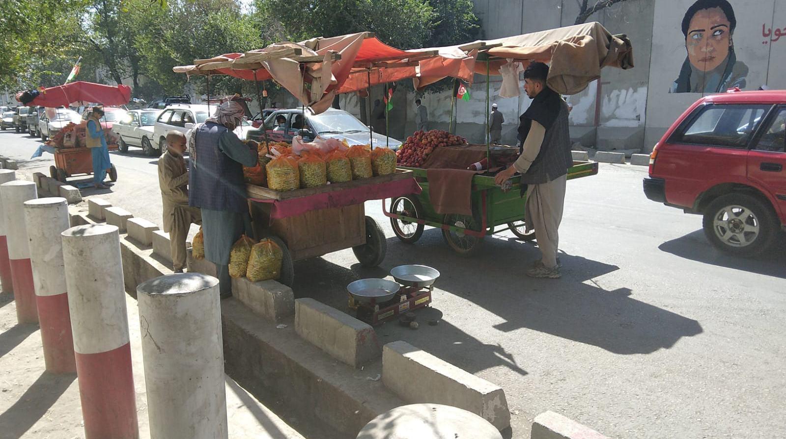 Kabul, 9 agosto 2021: venditori di uva proveniente dall'Hellmand. La strada per Ghazni e Kandahar è aperta